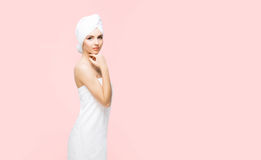 在桔子的毛巾包裹的年轻,美丽和自然妇女 库存图片
