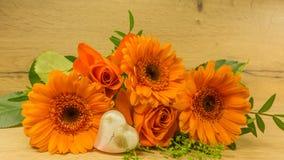 在桔子的花束与一朵红色玫瑰和心脏 免版税库存图片
