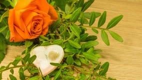 在桔子的花束与一朵红色玫瑰和心脏 库存照片
