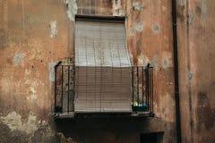 在桔子被破坏的大厦的老大阳台 免版税库存照片