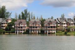 在桔子附近的2个房子湖 免版税库存图片