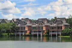 在桔子附近的3个房子湖 免版税库存图片