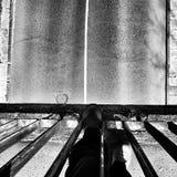 在桥梁上 在黑白的艺术性的神色 免版税库存照片