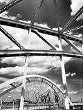 在桥梁上 在黑白的艺术性的神色 免版税库存图片