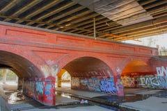 在桥梁下,风暴流失 免版税库存照片