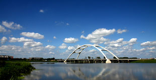 在桥梁之下的空白云彩 免版税库存图片