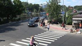 在桥梁之交的行人交叉路 快速的射击 股票录像