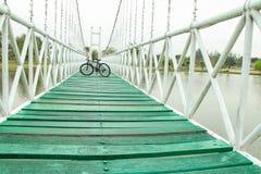 在桥梁停放的自行车 图库摄影