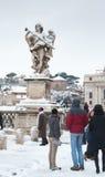 在桥梁冬天视图的天使雕象在罗马 免版税库存照片