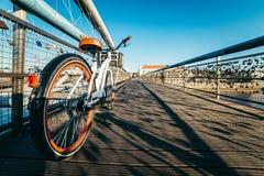 在桥梁十字架的自行车河 免版税库存图片