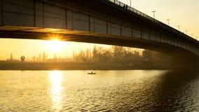 在桥梁后的日落 免版税库存照片