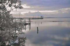 在桥梁后的黑白色日落海滩风景 库存照片