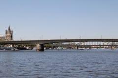在桥梁和大教堂的看法在科隆香水的德国莱茵河 库存照片