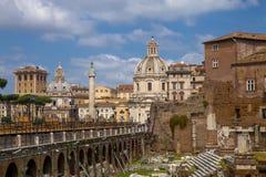 在桥梁和广场Foro Traiano的看法 库存图片