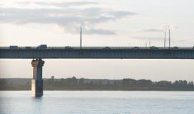 在桥梁和通过汽车的看法 免版税库存图片