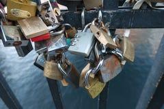 在桥梁哥本哈根的爱锁 免版税库存图片
