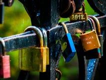 在桥梁垂悬的五颜六色的爱锁 库存图片