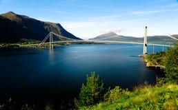 在桥梁山挪威河间 免版税库存照片