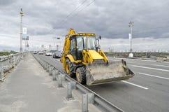 在桥梁帕东的汽车通行在基辅 库存图片