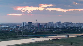 在桥梁有运输的和云彩上的日落timelapse在背景 中亚,哈萨克斯坦,阿斯塔纳 影视素材