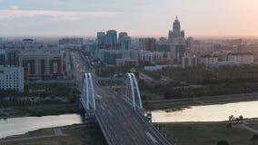 在桥梁有运输的和云彩上的日落timelapse在背景 中亚,哈萨克斯坦,阿斯塔纳 股票视频