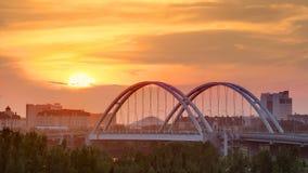 在桥梁有运输的和云彩上的日落timelapse在背景 中亚,哈萨克斯坦,阿斯塔纳 股票录像