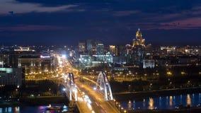 在桥梁有运输的和云彩上的晚上timelapse在背景 中亚,哈萨克斯坦,阿斯塔纳 股票视频