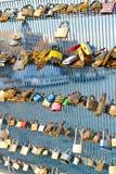 在桥梁栏杆的锁 免版税库存照片