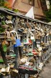 在桥梁栏杆的锁 免版税库存图片