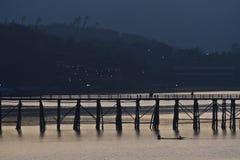 在桥梁横向河剪影视图间 免版税库存图片