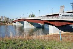 在桥梁横穿金属机动车路天桥步行者之上 免版税图库摄影