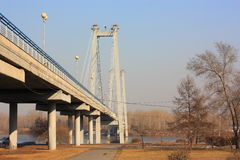 在桥梁步行者河间 春天城市地平线 河、树和蓝天 库存图片