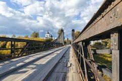 在桥梁河暂挂间 免版税库存图片