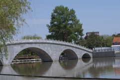 在桥梁河石头间 库存图片