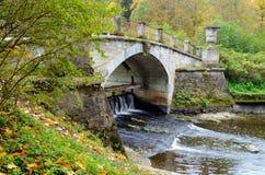 在桥梁河石头间 免版税库存照片