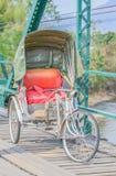 在桥梁的三轮车泰国样式在Pai的Pai河Mae的洪 免版税库存照片