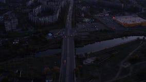 在桥梁的交通在城市在晚上 股票录像