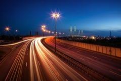 在桥梁的交通在晚上 库存照片