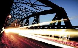 在桥梁的交通,克雷莫纳,意大利 免版税库存图片