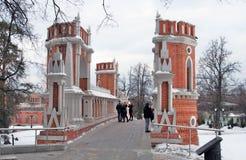 在桥梁的人步行 Tsaritsyno公园看法在莫斯科 免版税库存图片