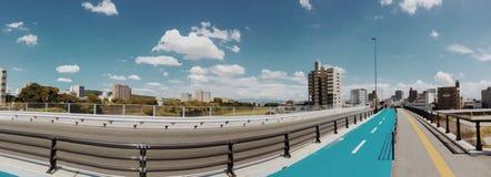 在桥梁的全景视图有美丽的云彩的 免版税图库摄影