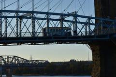 在桥梁的公共汽车 免版税库存图片