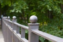 在桥梁的公园主导的downThe栏杆的台阶在公园 库存图片