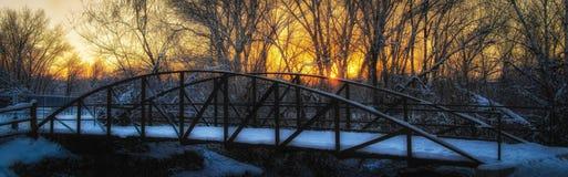 在桥梁的冬天太阳 免版税库存图片