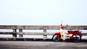 在桥梁的减速火箭的摩托车11月 库存照片