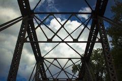 在桥梁的剧烈的云彩织布机 免版税库存照片