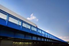在桥梁的卡车 免版税库存图片