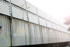 在桥梁的噪声障碍 免版税库存图片