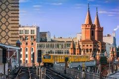 在桥梁的地铁在日出的柏林 库存图片
