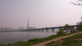 在桥梁的地铁横跨汉江, Lotte在遥远的世界塔,汉城全景  影视素材